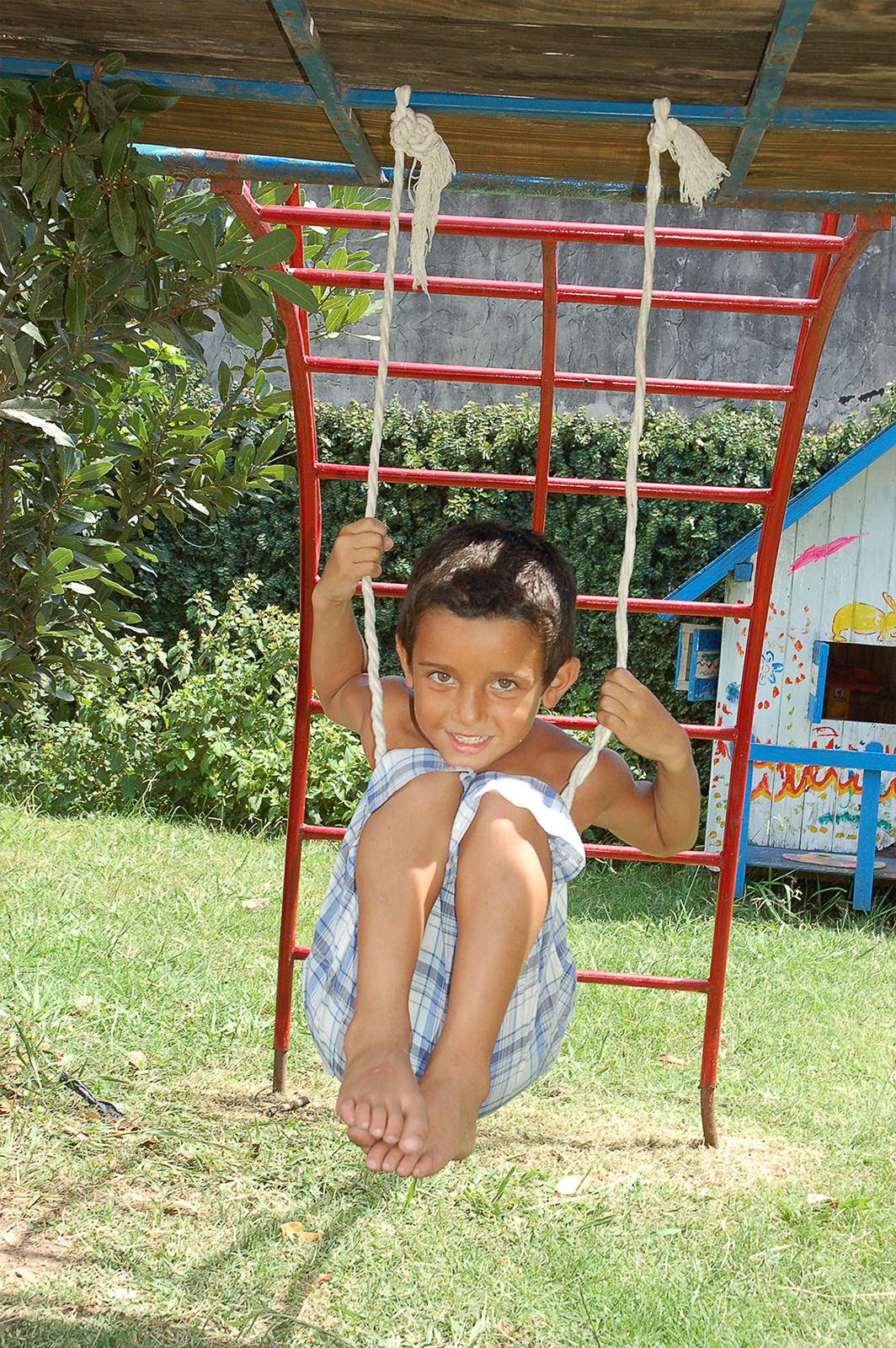 Ein Junge aus Argentinien spielt an einem Klettergerüst