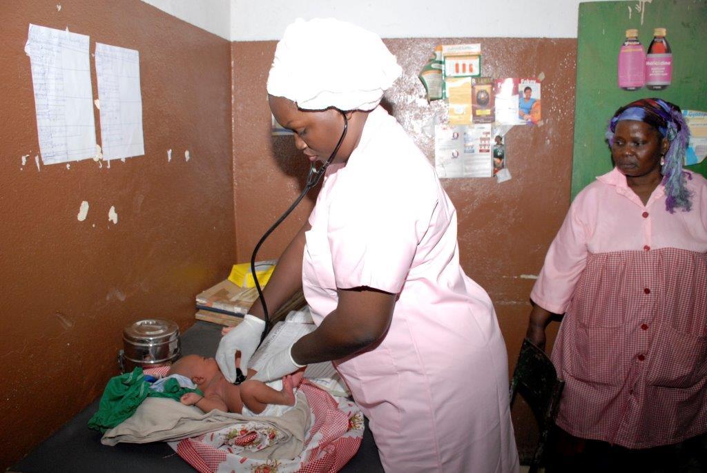 Die Mitarbeiterin des Gesundheitszentrum untersucht ein Baby.