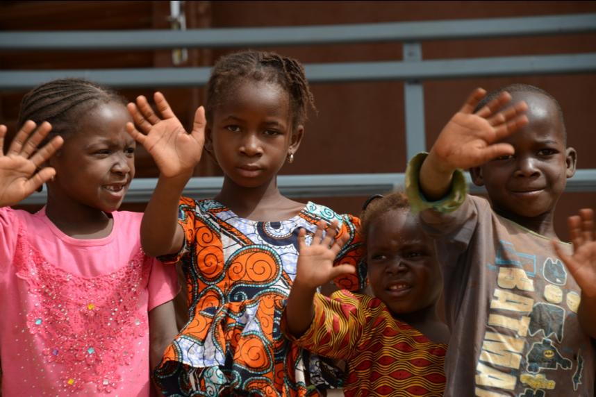 Kinder aus Farakala/Mali, wo vom Kinderhilfswerk Dritte Welt e.V. gerade ein neues Gesundheitszentrum gebaut und Workshops umgesetzt wurden.