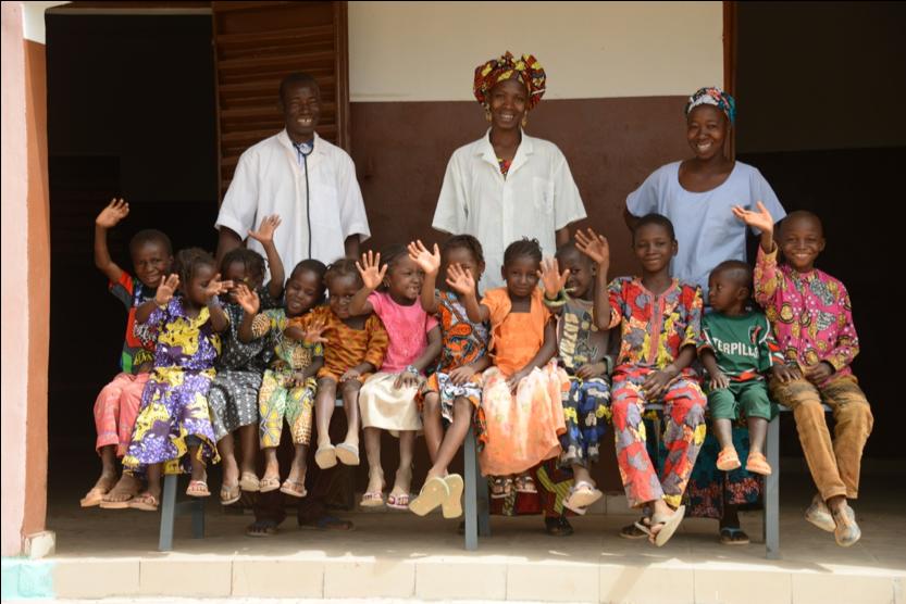 Kinder und medizinisches Personal in unserem Gesundheitszentrum in Farakala/Mali.
