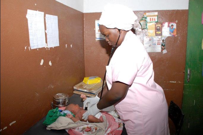 Kinder haben ein Recht auf Gesundheit. Erste Untersuchungen eines Säuglings in einem Gesundheitszentrum in Mali.