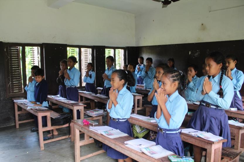Kinder haben ein Recht auf Bildung. Schüler*Innen bei der morgendlichen Begrüßung in einer Grundschule in Nepal.