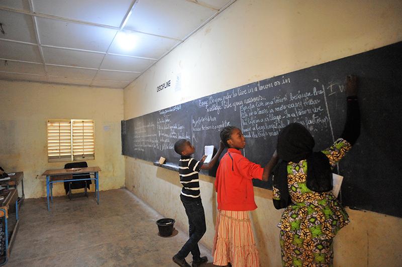 Über die Solaranlagen auf dem Dach der Gebäude gibt es in den Schulgebäuden in Mali elektrisches Licht, so dass die Kinder lernen können.
