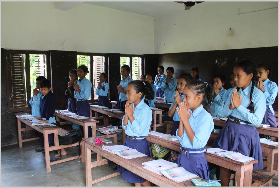 Schülerinnen und Schüler aus Nepal beim morgendlichen Gebet.