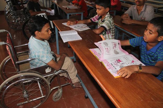 Kinder lernen im Santhigiri Rehabilitation Institut